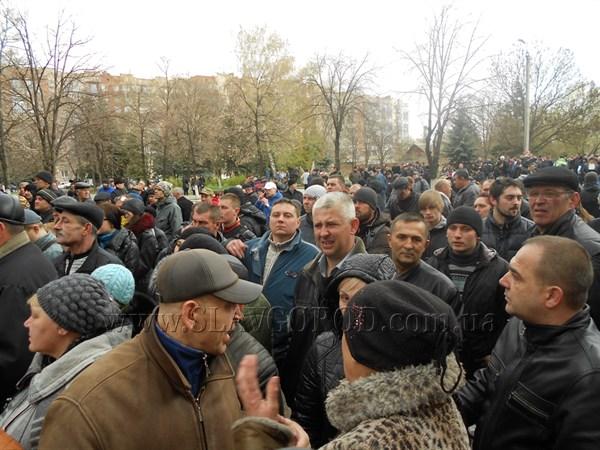 Жители Славянска собрались у здания Славянского горотдела милиции: люди скандируют «Россия» и высказываются против киевской власти