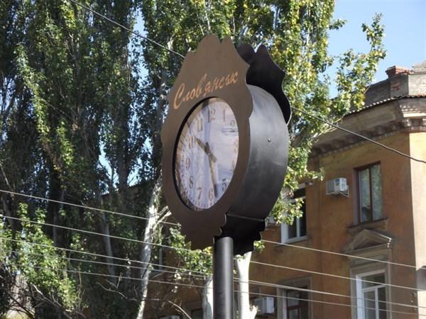Мэр Славянска сравнил установленные в городе часы с кастрюлями