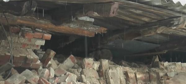 Ветеринарная клиника в Славянске осталась без части крыши: не выдержала под весом снега (ВИДЕО)