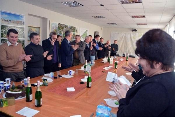 Депутат Славянского горсовета написал, что «отравился просроченным тортом от Натальи Королевской» (но, видимо, его страницу взломали)