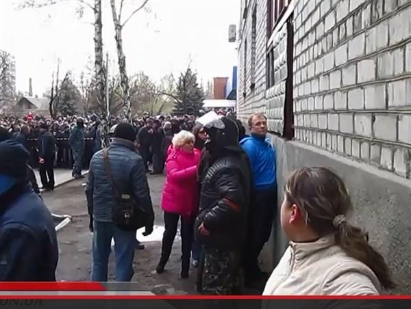 Городской голова Славянска Неля Штепа заступилась за депутата Олега Зонтова и буквально умоляла захватчиков горотдела милиции отпустить его (ВИДЕО)