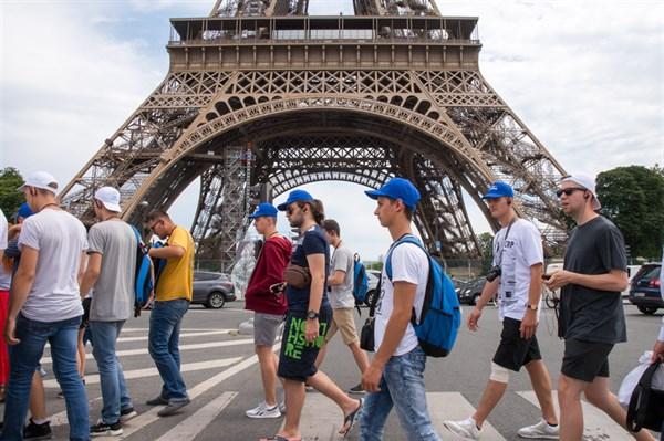 Борис Колесников со студентами Донетчины побывал на ведущем авиасалоне в Париже