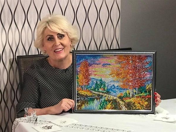Неля Штепа показала картину, которую вышивала во время домашнего ареста