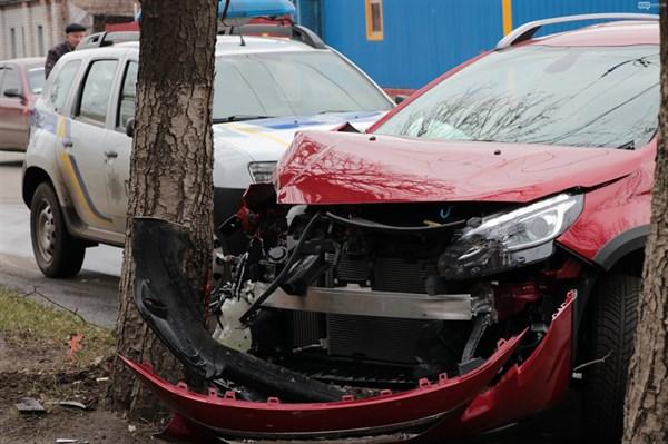 В Славянске водитель иномарки не справилась с управлением и врезалась в дерево