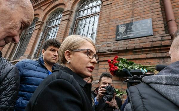 Вдова Героя Украины запретила Юлии Тимошенко, которая в Славянске побывала возле мемориальной доски ее мужа, пиариться на его имени