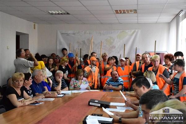 Коммунальщики с лопатами и метлами пришли на заседание в мэрию Славянска, где рассматривался вопрос о повышении тарифов на квартплату