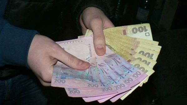 В Славянске полицейские задержали коллегу, который на улицах города разводил прохожих на деньги