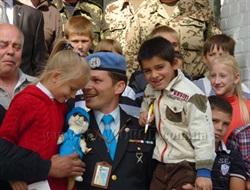 Подарки и фото на память с хорьком-миротворцем: Славянск посетили представители международной организации миротворцев ООН  и посол мира в Украине. (Фото, видео)