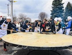 В Донецкой области испекли гигантский блин и установили национальный рекорд