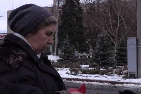 Жительница Славянска, имеющая красный диплом, от нищеты вынуждена собирать бутылки