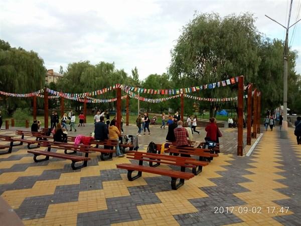 Субботние танцы: в Шелковичном парке жителей Славянска обучали вальсу (ВИДЕО)