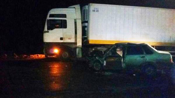 Между селами Приволье и Сергеевка ВАЗ выехал на «встречку» и столкнулся с грузовиком