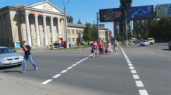 В Славянске возле школ обновили дорожную разметку