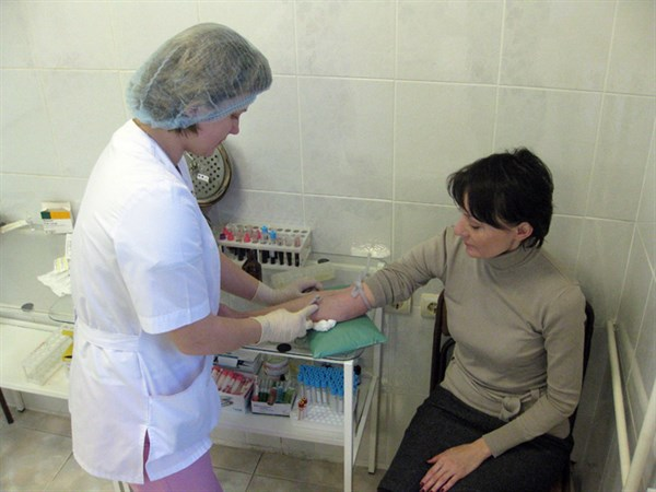 В медицинских лабораториях Славянска люди занимают очередь на «анализы»: не хватает средств на реактивы