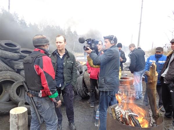 Блокпосты в Славянске укрепляются: люди устанавливают палатки, ставят полевые кухни и принимают медикаменты и продукты от горожан (ФОТО, ВИДЕО)
