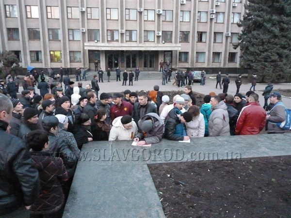 На всякий случай: на центральной площади Славянска добровольцы записывались в ряды защитников города. Среди желающих были не только мужчины