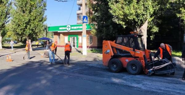 В Славянске продолжается ремонт дорог и благоустройство