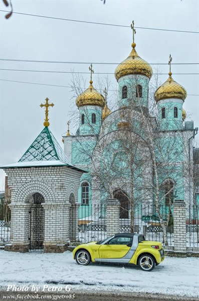 Фото дня: желтый кабриолет возле Свято-Серафимовского храма в Славянске