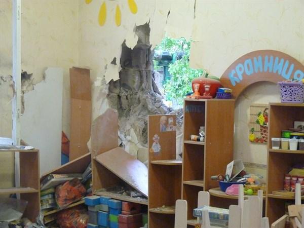 «Подарок» ко дню защиты детей: в Славянске снаряд попал в здание детского сада, повреждены близлежащие дома (ФОТОРЕПОРТАЖ)