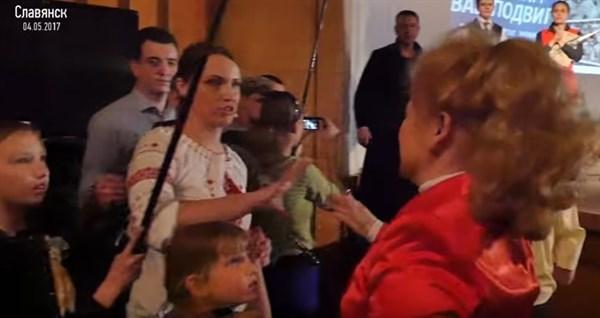 В Славянске суд признал виновной экс-сотрудницу исполкома, ударившую по голове активистку из-за плаката «Королевська повертайся у Кремль»
