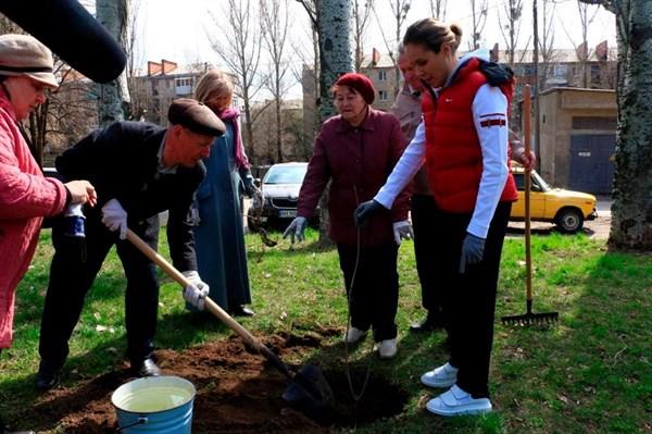 Королевская на субботнике в Славянске восхитила местных жительниц своими кроссовками за 600 долларов