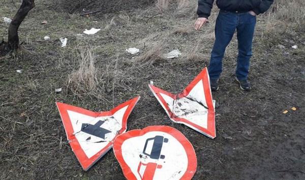 В Славянске местный житель откопал три дорожных знака и нес их сдавать на металлолом