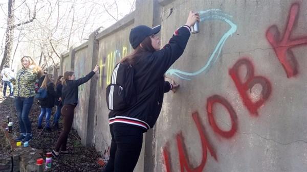 """Як молодь з Ліги майбутніх поліцейських робить парк """"Шовковичний"""" яскравішим (ФОТО)"""