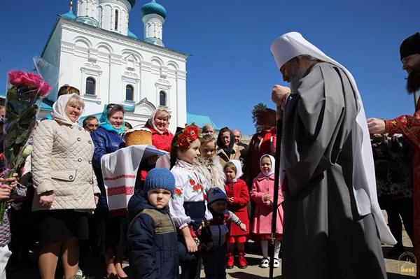 Фоторепортаж с пасхального богослужения в главном соборном храме Святогорска