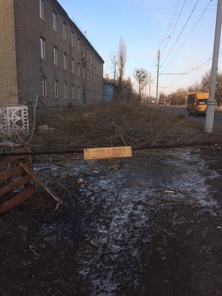 Жители Славянска возмущены тем, что на улице Вокзальной «у пешеходов забрали тротуар»