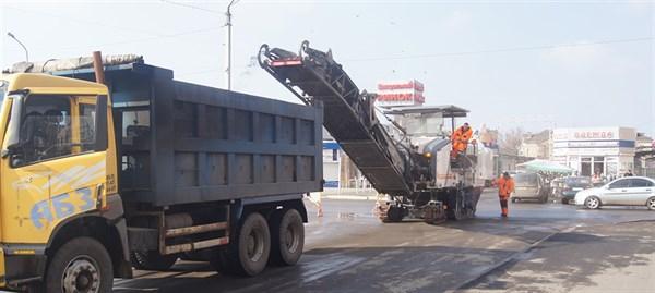 На Ярмарочной площади в Славянске срезали асфальт, чтобы уложить новый слой