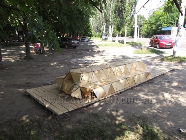 Что это: на одной из улиц Славянска появилось удивительное сооружение (фото)