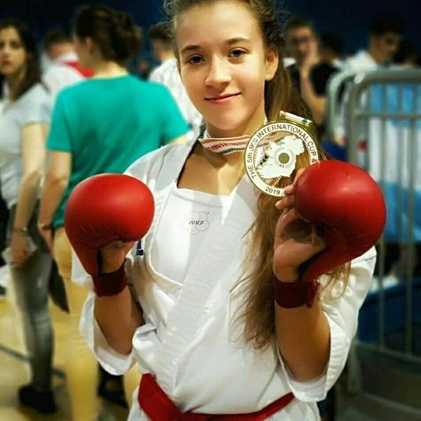 Лиза Татаренко из Славянска рассказала, как совмещает спорт и отличную учебу. Она выиграла золото на чемпионате мира по каратэ