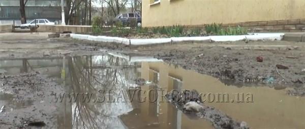 Жители микрорайона Славянска живут в сточных водах, нечистоты затапливают подвалы