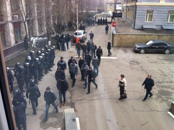 В Донецкой облгосадминистрации погром: депутатов не выпускают на улицу участники пророссийского митинга (ВИДЕО)