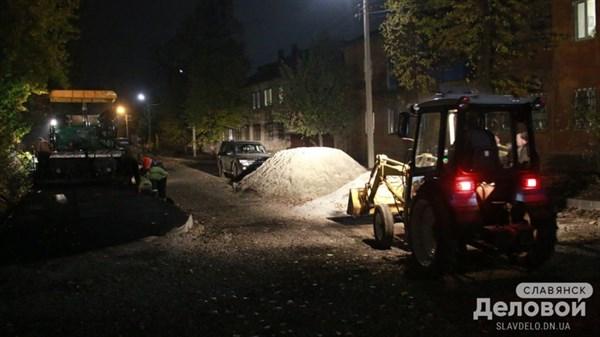 В Славянске укладывают тротуар на улице, которую не ремонтировали больше 20 лет