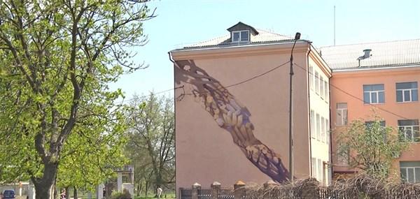 История появления первого мурала в Славянске: как на фасаде интерната для слепых и слабовидящих детей появились «Квітучі руки»
