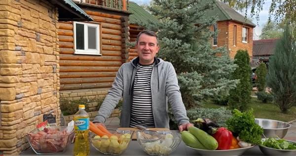 В день тишины мэр Славянска Вадим Лях приготовил новое блюдо – птицу с овощами