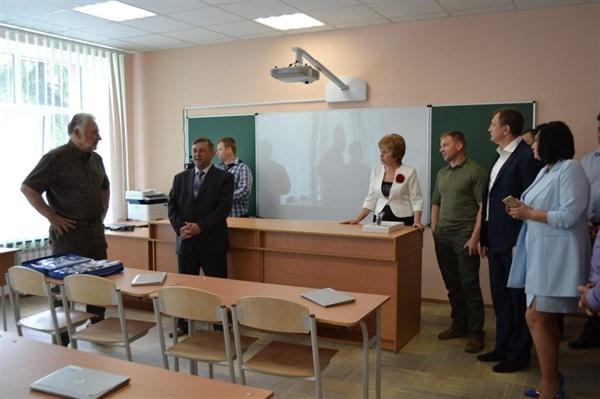 Жебривский посетил опорную школу в Славянском районе, на фасаде которой написали «Оновлена Донеччина»