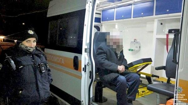 79-летний житель Славянска собственноручно ударил себя топором по голове, но полицейским удалось его спасти