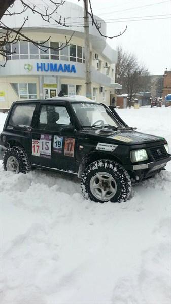 «За шоколадку»: автоэкстремал в Славянске вытягивает машины из сугроба за плитку «Roshen» или «Світоча»