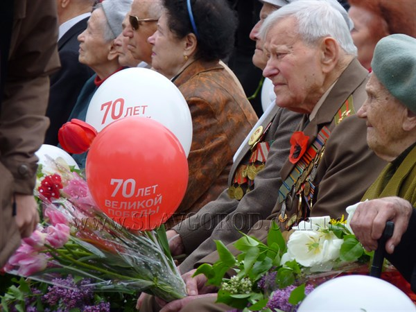 Жители Славянска празднуют День Победы:  в центральном парке культуры и отдыха состоялся  митинг