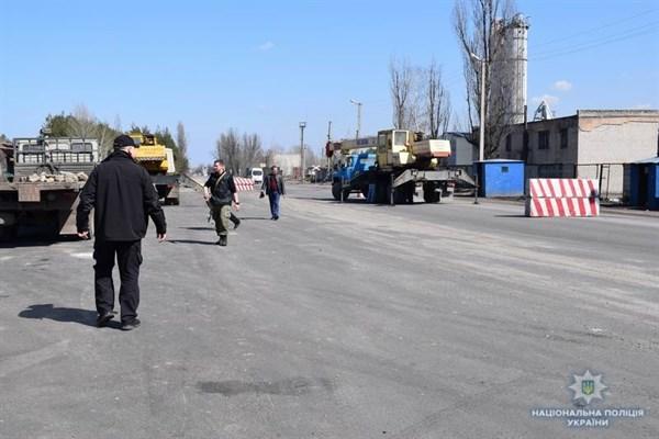 При въезде в Райгородок появился блокпост: правоохранители проверяют подозрительных граждан по базе МВД