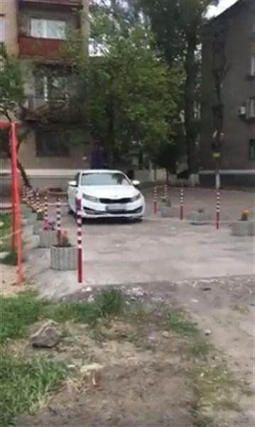 В одном из дворов Славянска автовладелец создал отдельно взятый рай за ограждением