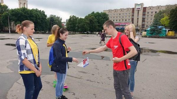 В Славянске на соборной площади подростки ломали сигареты
