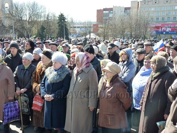 На Центральной площади Славянска прошел митинг в поддержку всеукраинского референдума, в рамках которого был проведен соцопрос населения