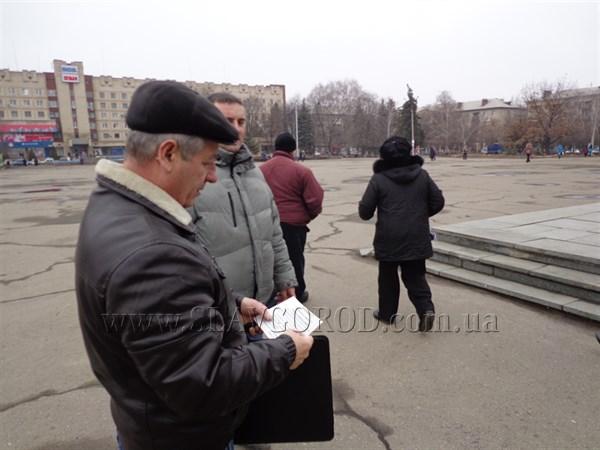 Тема дня на улицах Славянска: жители города собираются на очередной митинг и бурно обсуждают политическую и экономическую ситуацию в стране