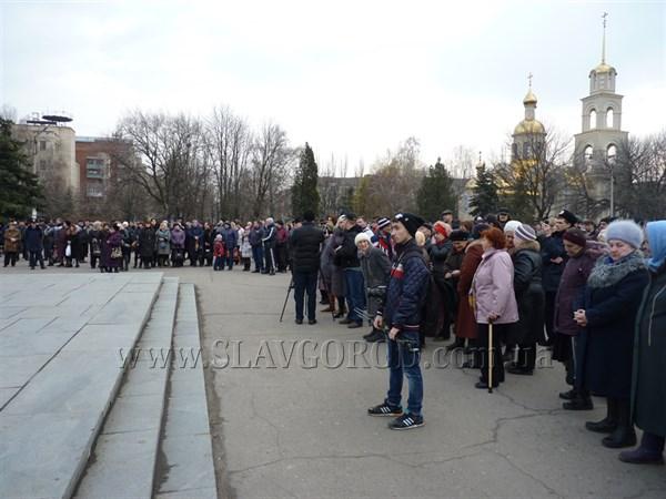 Первый митинг закончился: городского голову Славянска Нелю Штепу увезли в машине скорой помощи (ВИДЕО)