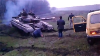Под Славянском люди блокировали военную технику и не пропустили в город (Видео содержит ненормативную лексику)