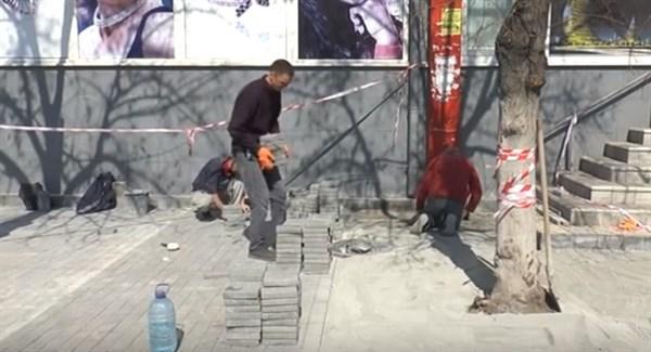 В Славянске ремонтируют дороги и бордюры сразу в нескольких местах