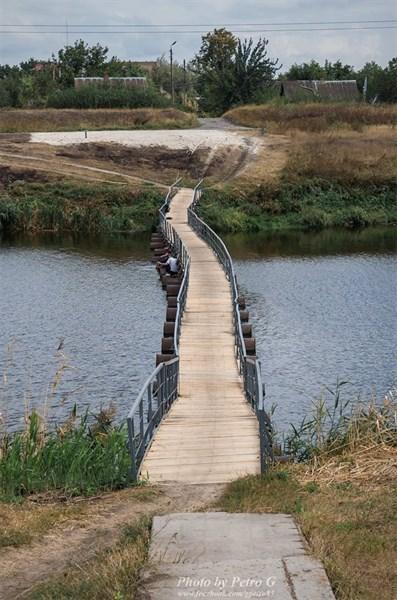 «Все доски и поручни целы - это уже большое достижение»: в Славянске наконец-то отремонтирован понтонный мост
